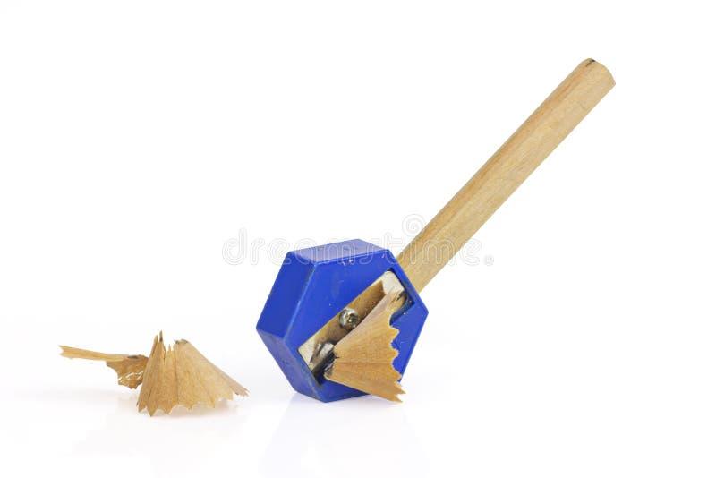 Bleistift und Bleistiftspitzer mit den Schnitzeln lokalisiert auf wei?em Hintergrund lizenzfreie stockfotos