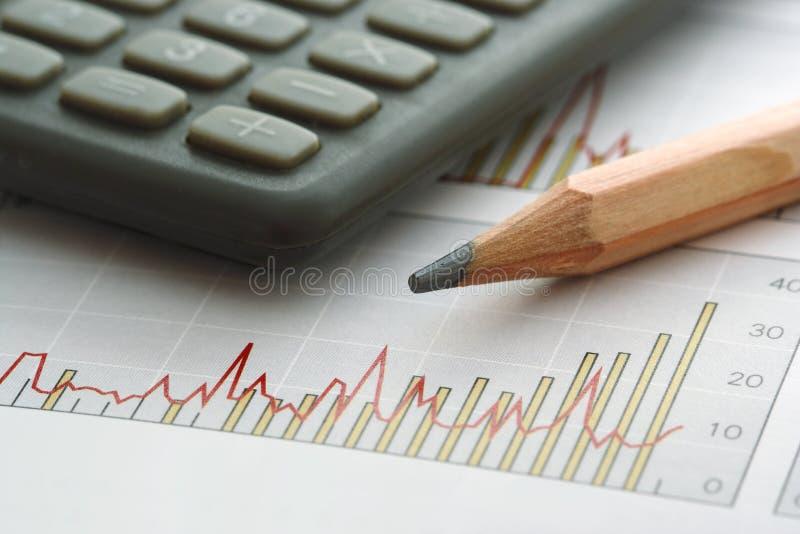 Bleistift und Rechner auf Diagramm lizenzfreie stockbilder