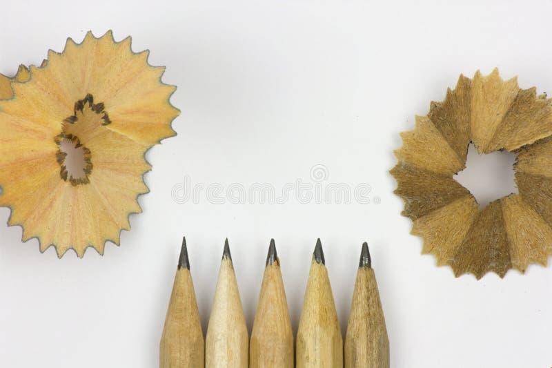 Bleistift und Sägespäne auf weißem Hintergrund stockbilder