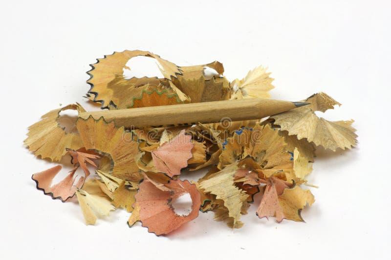Bleistift und Sägespäne auf weißem Hintergrund lizenzfreie stockfotos