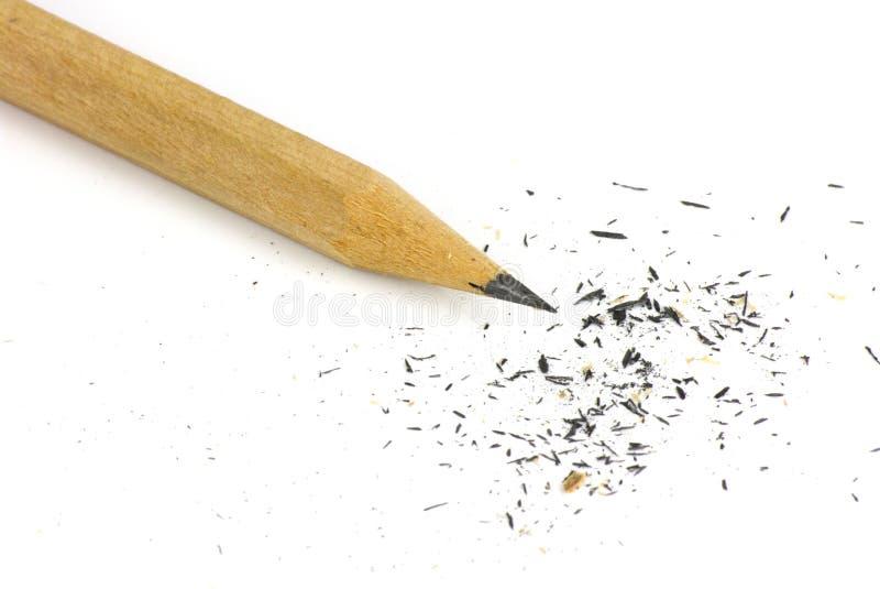 Bleistift und Sägespäne auf weißem Hintergrund stockfoto