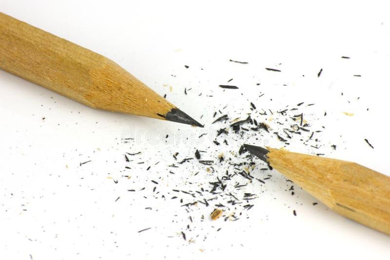 Bleistift und Sägespäne auf weißem Hintergrund stockfotos