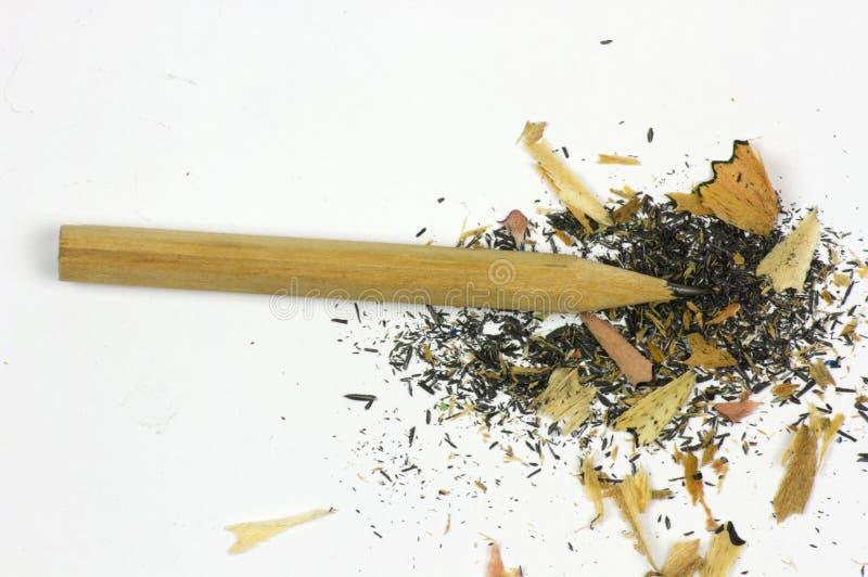 Bleistift und Sägespäne auf weißem Hintergrund lizenzfreie stockfotografie