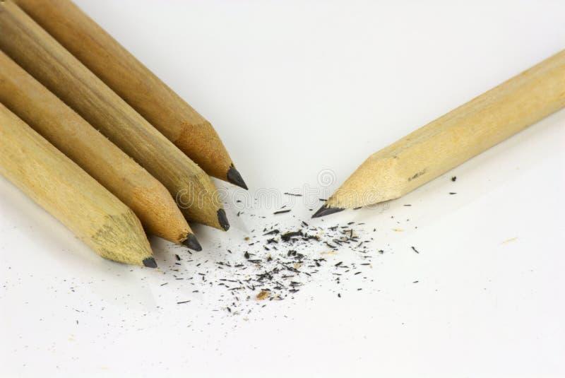 Bleistift und S?gesp?ne auf wei?em Hintergrund stockfotografie