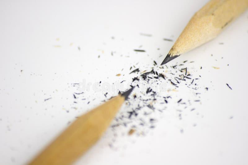Bleistift und S?gesp?ne auf wei?em Hintergrund stockfoto