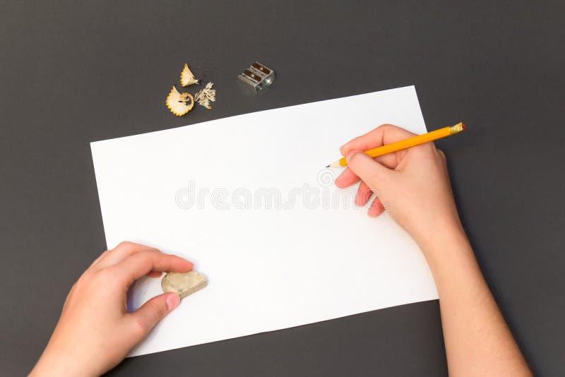Bleistift-Zeichnung auf einem weißen Blatt stockfotos