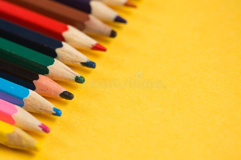 Bleistifte auf dem gelben Hintergrund Kopieren Sie Platz lizenzfreies stockbild