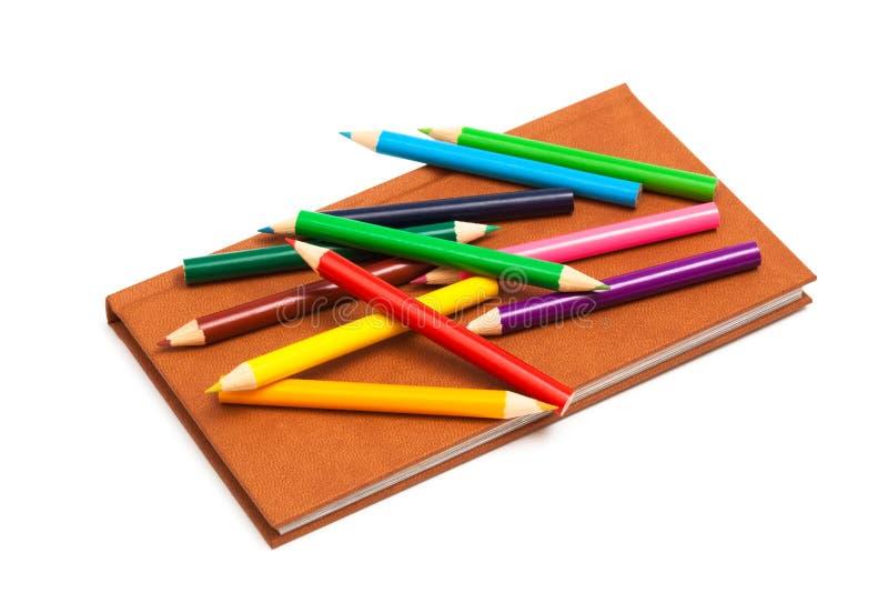 Bleistifte und ein Notizbuch stockfotos
