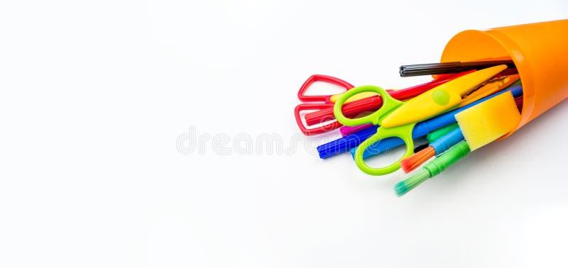 Bleistifte und Filzstifte in einer Plastikschale auf einem weißen Hintergrund lizenzfreies stockfoto