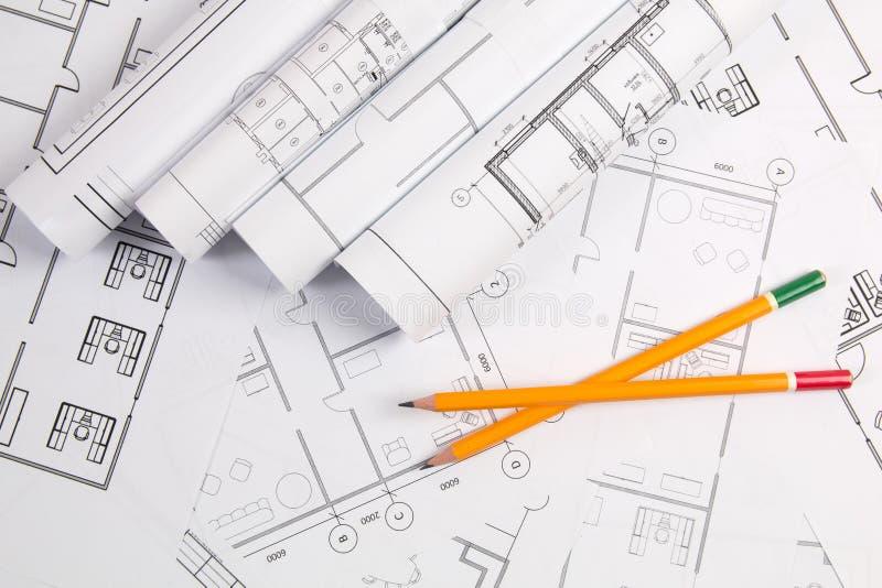 Bleistifte und Papiertechnik bringen Zeichnungen und Pläne unter lizenzfreies stockfoto