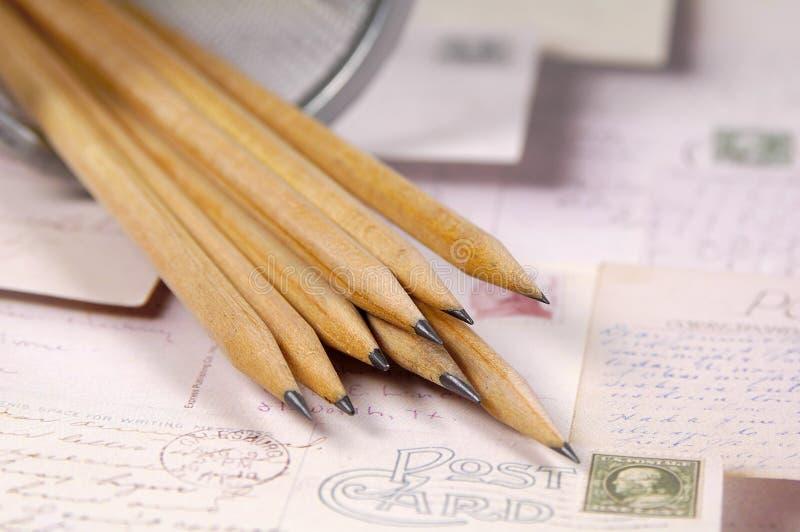 Bleistifte und Postkarten lizenzfreie stockfotos