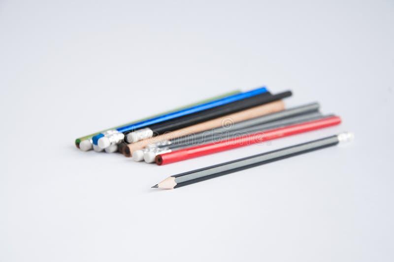 Bleistifte von den verschiedenen Farben zerstreut auf eine weiße Tabelle lizenzfreies stockfoto