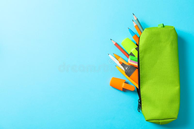 Bleistiftkasten mit Schulbedarf auf blauem Hintergrund lizenzfreies stockfoto