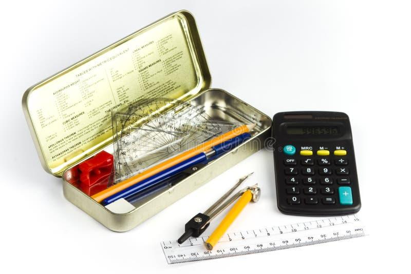 Bleistiftkasten und ein Rechner lizenzfreies stockbild