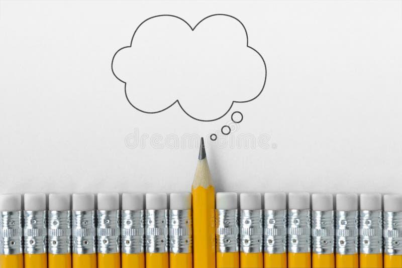Bleistiftspitze, die heraus vom croud von Bleistiftgummiradiergummis mit leerer gedachter Blase steht stockbild