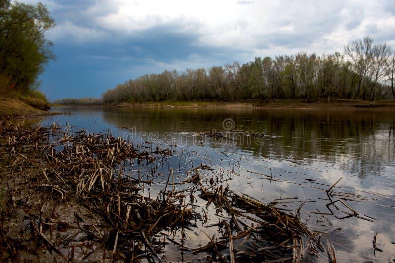 Bleiwolken erfassten ?ber dem Ural-Fluss vor Sonnenuntergang stockfotos
