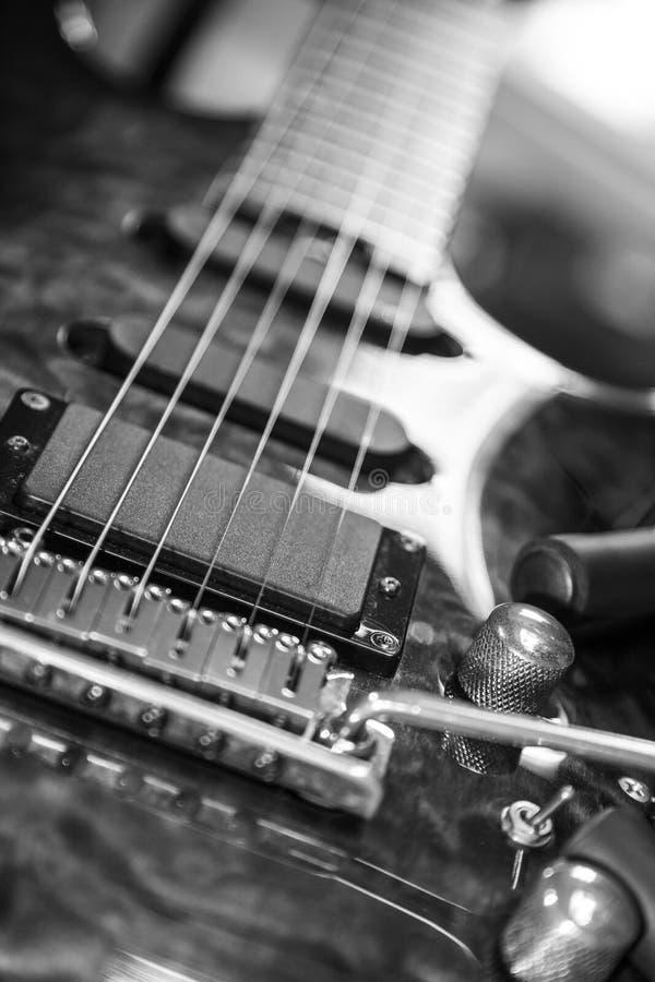 Blekna ut rader på den elektriska gitarren arkivfoton