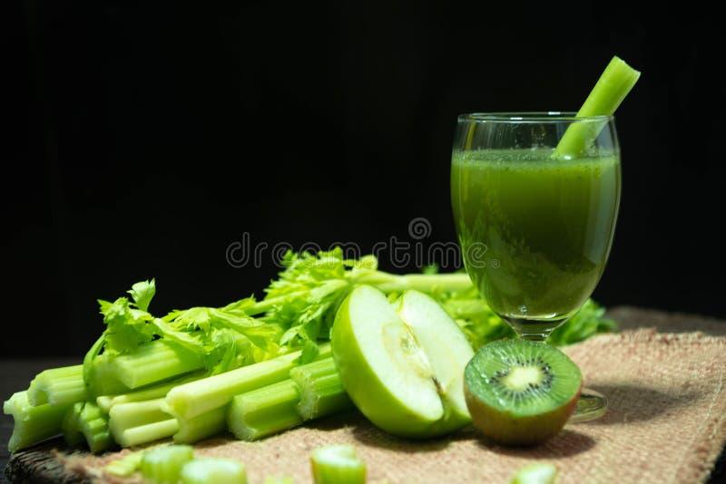 Blended blandade fruktsaftselleri och kiwin och det gröna äpplet i exponeringsglas för välkommen drink och grupp av den nya selle arkivbild