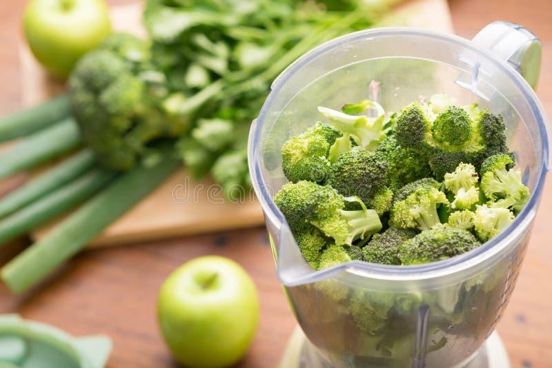 Blender z brokułami zdjęcia royalty free