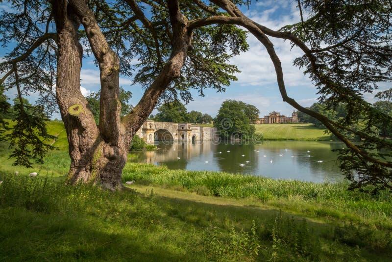 Blenheim-Palast u. die großartige Brücke stockbild
