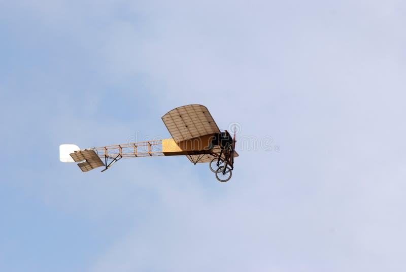 Bleriot XI i flygshow arkivfoto