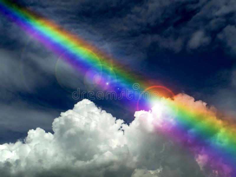 blesss del dio, luce solare che splende sull'arcobaleno scuro della nuvola dopo la pioggia fa fotografie stock libere da diritti