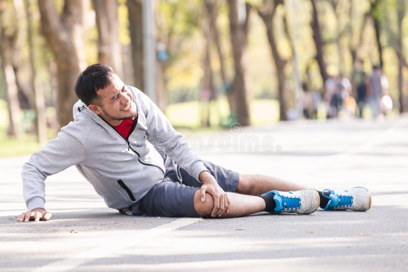 Blessure au genou d'homme de sport images stock