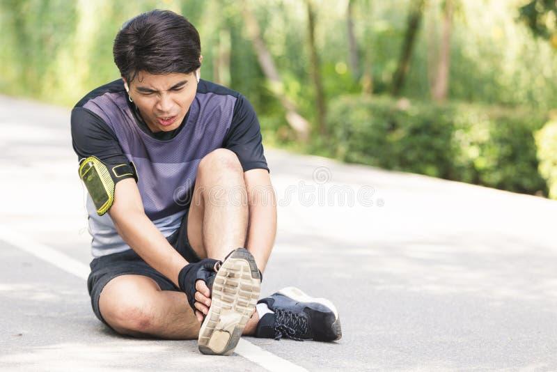 Blessure au genou d'homme de sport photos stock