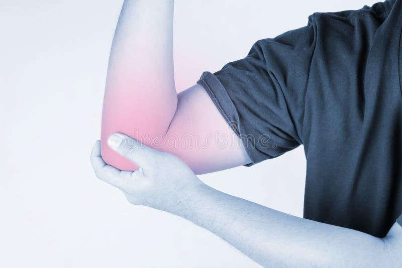 Blessure de coude chez l'homme écartez la douleur d'un coup de coude, les personnes de douleurs articulaires médicales, point cul photographie stock libre de droits