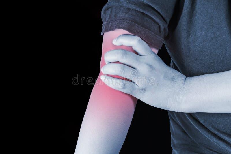Blessure de coude chez l'homme écartez la douleur d'un coup de coude, les personnes de douleurs articulaires médicales, m photos stock