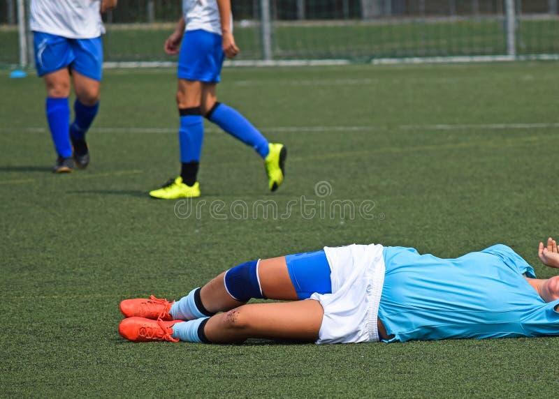 Blessure sur le match de football des femmes photo libre de droits