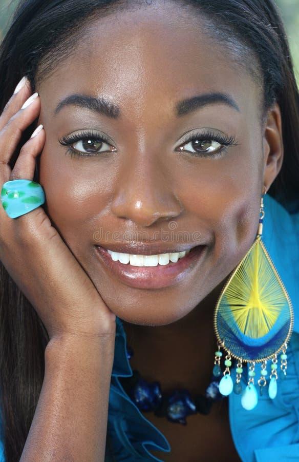 Bleu africain de femme : Sourire et visage heureux photographie stock