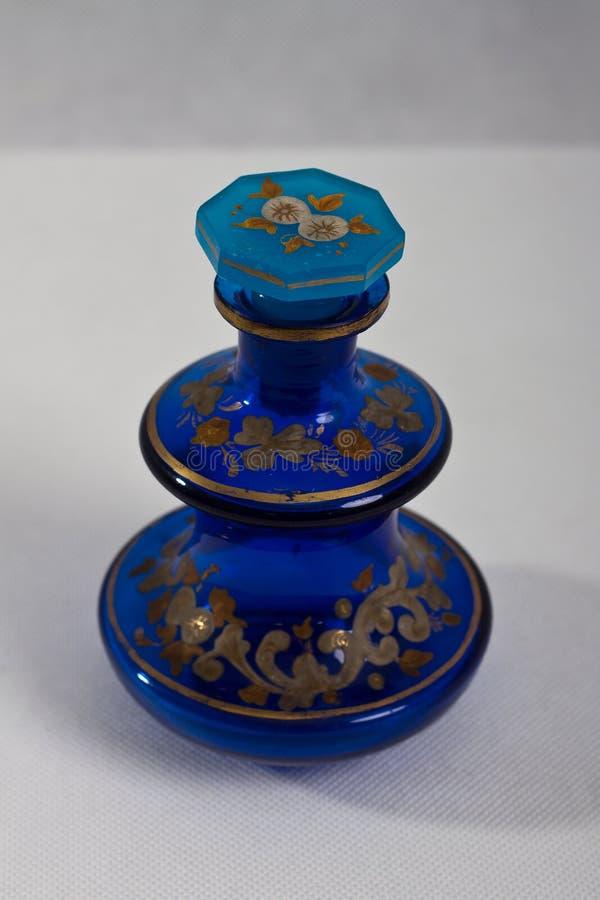 Bleu antique de la bouteille de parfum 1840 photographie stock libre de droits