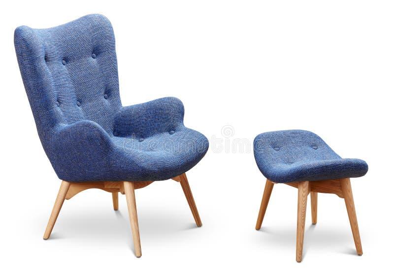 Bleu, bleuet, fauteuil bleu-foncé de couleur et petite chaise pour des jambes Fauteuil moderne de concepteur sur le fond blanc te photo stock