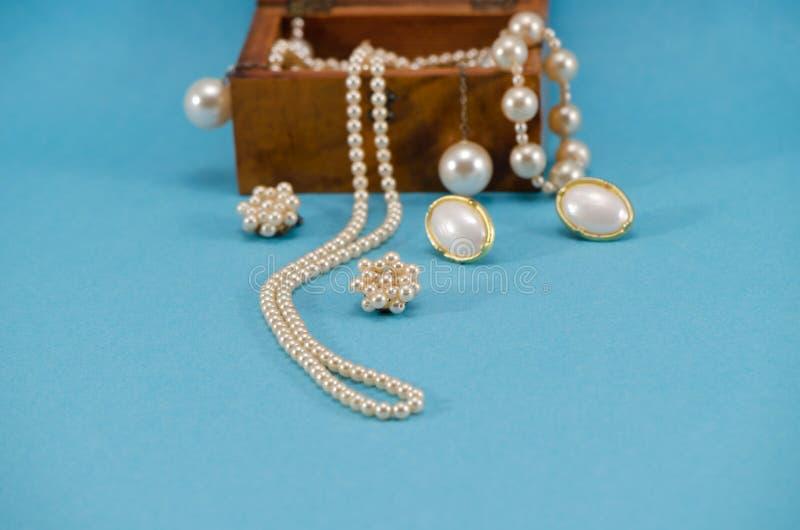 Bleu de cadre en bois de collier de bijou de perle rétro photos libres de droits