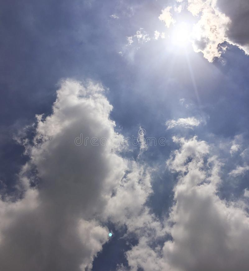 Bleu de ciel de nuages avec le fond du soleil Fond de ciel bleu de nuage photo libre de droits
