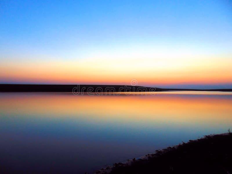 Bleu de coucher du soleil image stock