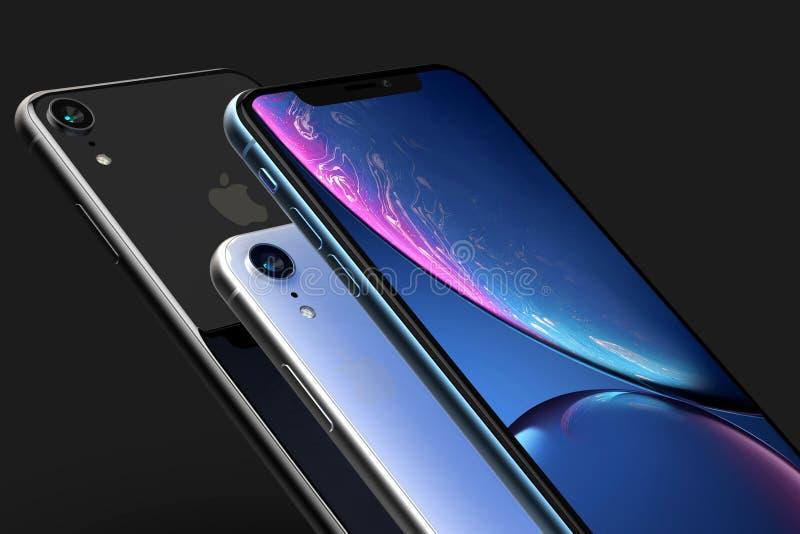 3 bleu de l'iPhone XR téléphones intelligents de gris d'argent et de l'espace sur le noir