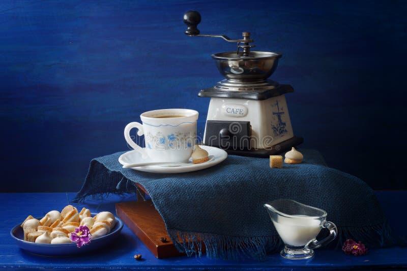 Bleu et casse-croûte de café servi par blanc photo libre de droits