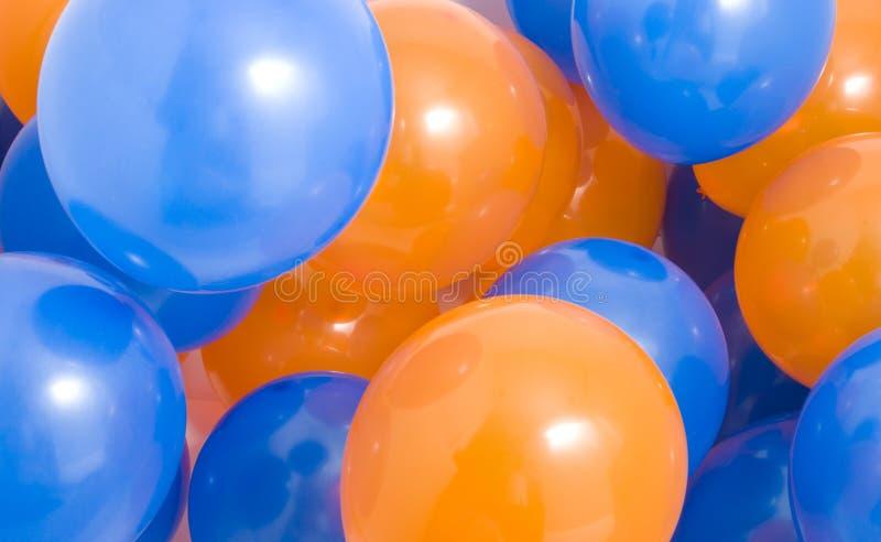 Bleu et orange monte en ballon le fond images libres de droits