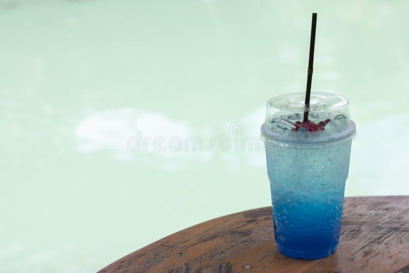 Bleu Hawaï soda et tubes italiens en verre plastique sur table en bois images stock