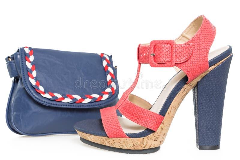 Bleu marine et chaussure rose, avec le sac assorti, sur le blanc images libres de droits