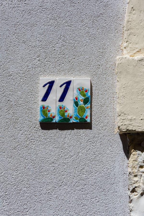 Bleu onze numéros de maison décorés dans en céramique avec les figues de Barbarie image libre de droits