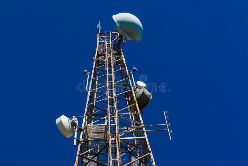Bleu par radio en acier de la tour TV photos stock