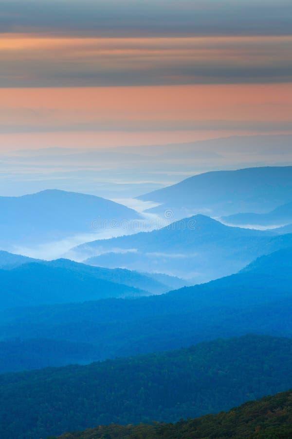 Bleu Ridge Mountain Layers de fond images libres de droits