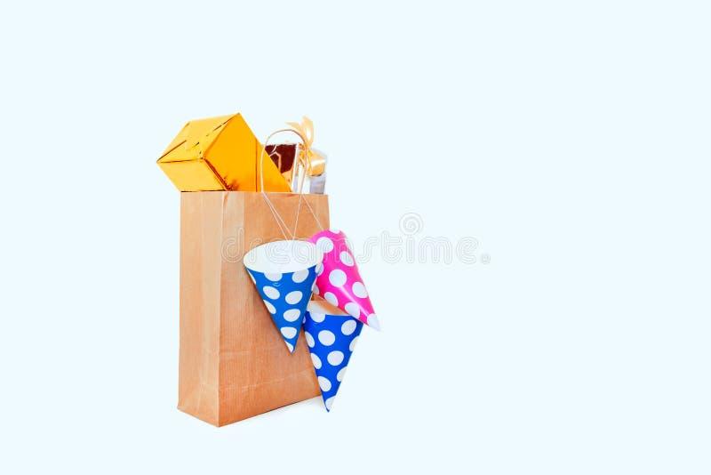 Bleu rose de boîte-cadeau de chapeau de sac à provisions de fond de yrllow blanc de fête de présents photos stock
