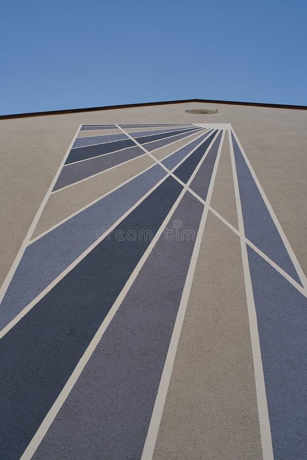 Bleu sur les lignes diagonales de fond blanc sur le mur de briques de vintage Mur de briques peint comme fond photos libres de droits