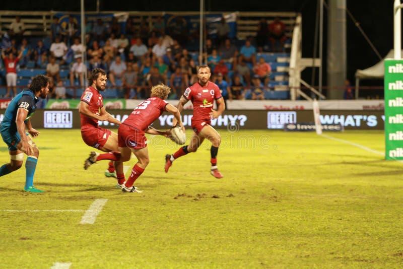 Bleus d'Auckland contre des rouges du Queensland jouant au Samoa photographie stock