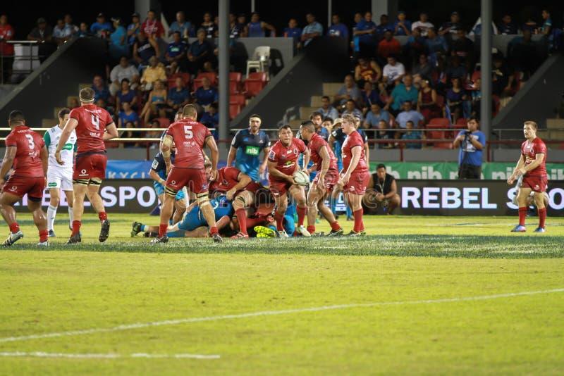 Bleus d'Auckland contre des rouges du Queensland jouant au Samoa photos stock
