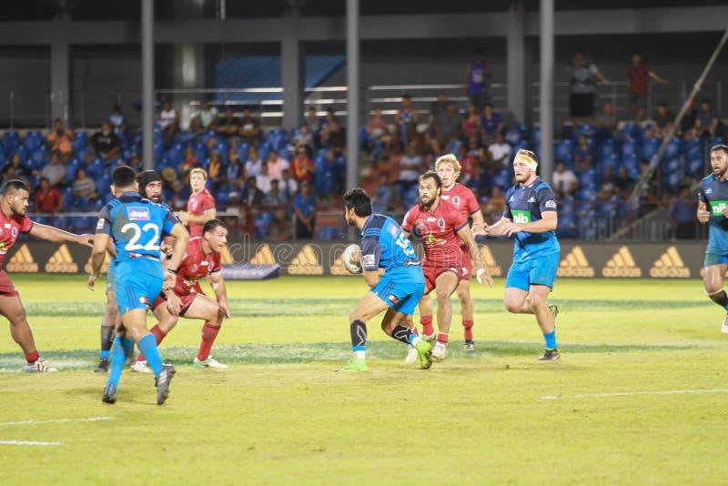Bleus d'Auckland contre des rouges du Queensland jouant au Samoa images stock